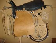 Седла,  упряжь для лошадей, спортивная амуниция